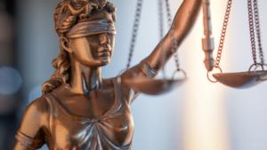 Rappresentazione della dea della giustizia bendata e con un bilanciere in mano